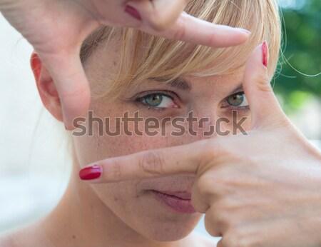 Stockfoto: Jonge · vrouw · gericht · groen · gras · vrouw · stad