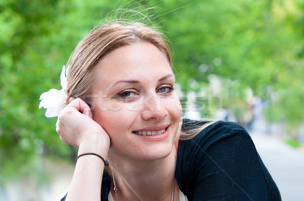 Zewnątrz portret młoda kobieta kobieta uśmiecha ulic Zdjęcia stock © ilolab