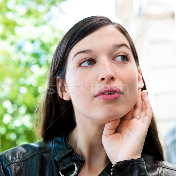 Una buena noticia escuchar hierba verde mujer ciudad jóvenes Foto stock © ilolab
