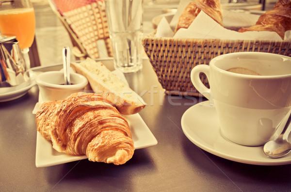 Reggeli kávé croissantok asztal csésze eszik Stock fotó © ilolab