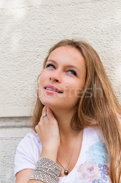 ストックフォト: 美しい · 小さな · 魅力のある女性 · 屋外 · 肖像 · 思考