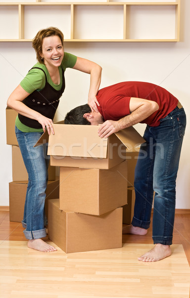 Couple nouvelle maison carton cases femme Photo stock © ilona75