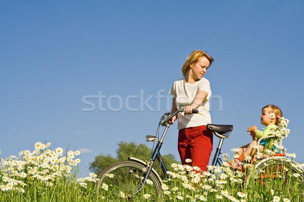 Binicilik papatya alan kadın küçük kız bisiklet Stok fotoğraf © ilona75