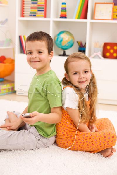 Zdjęcia stock: Nowoczesne · dzieci · słuchanie · muzyki · pokój · przypadkowy · posiedzenia