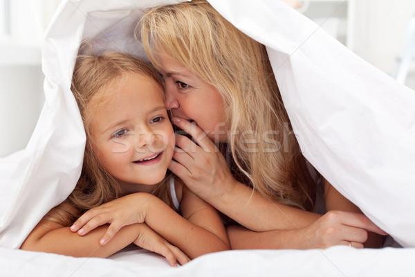Donna bambina condivisione segreto trapunta Foto d'archivio © ilona75
