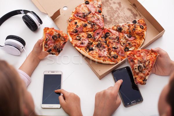 Jonge tieners telefoons eten pizza top Stockfoto © ilona75