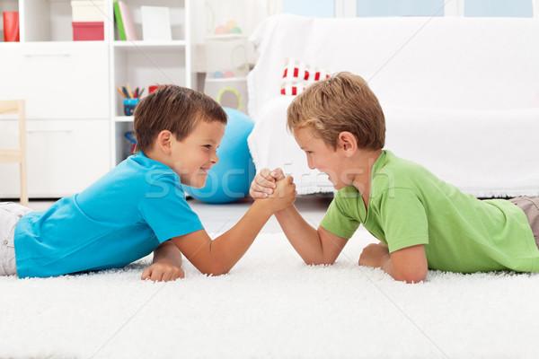 Jongens arm worstelen kinderen kamer jeugd rivaliteit Stockfoto © ilona75