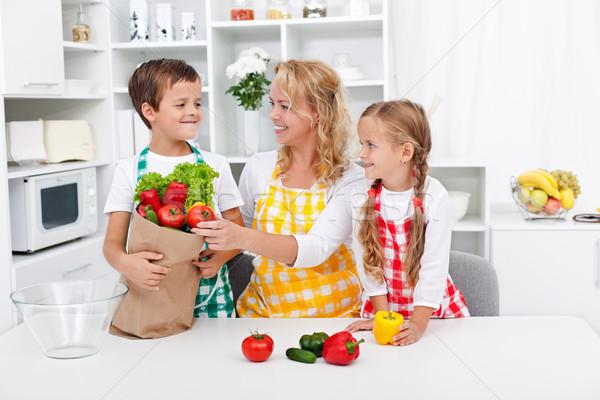 Saine nutrition personnes cuisine légumes épicerie Photo stock © ilona75