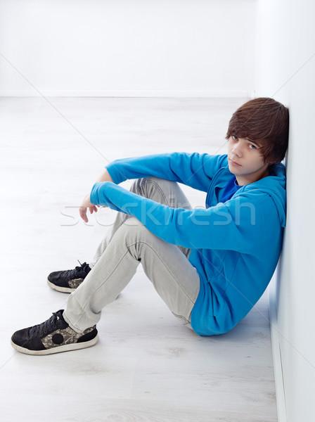 Tinédzser ül fal szeszélyes padló diák Stock fotó © ilona75