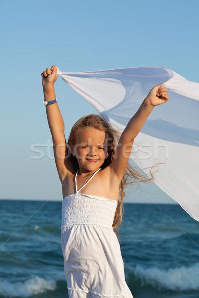 Küçük kız deniz kıyı oynama başörtü rüzgâr Stok fotoğraf © ilona75