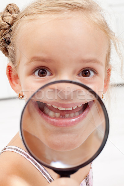 Foto stock: Nina · que · falta · dientes · feliz · lupa