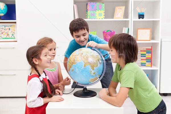 Enfants regarder terre monde sourire heureux Photo stock © ilona75