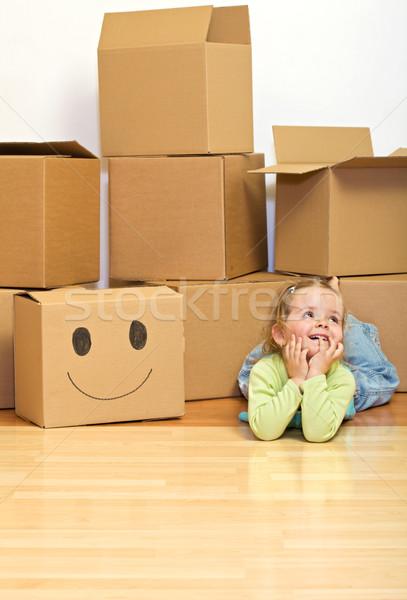 Foto stock: Nina · piso · cartón · cajas · movimiento