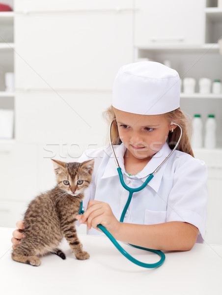 Little girl jogar veterinário veterinário consultor pequeno Foto stock © ilona75
