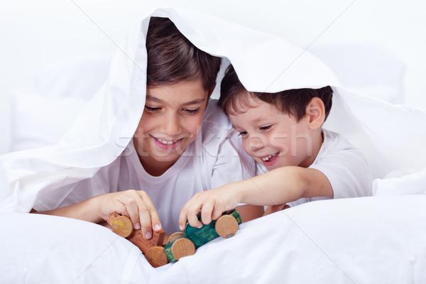 Meninos jogar cama brinquedos irmãos Foto stock © ilona75