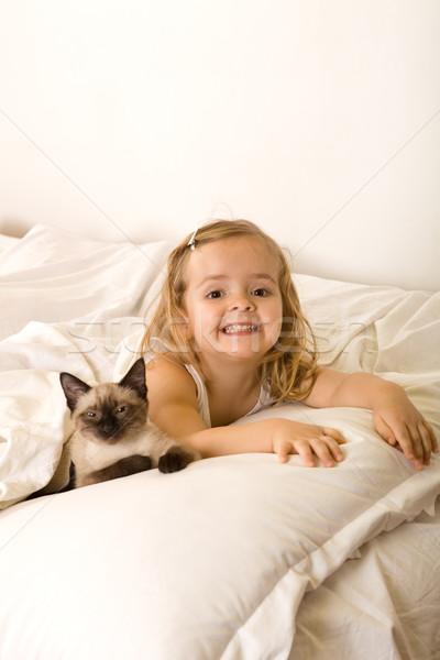 Petite fille détente chaton lit fille enfant Photo stock © ilona75