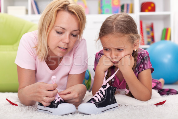 Mère enseignement petite fille cravate chaussures peu Photo stock © ilona75