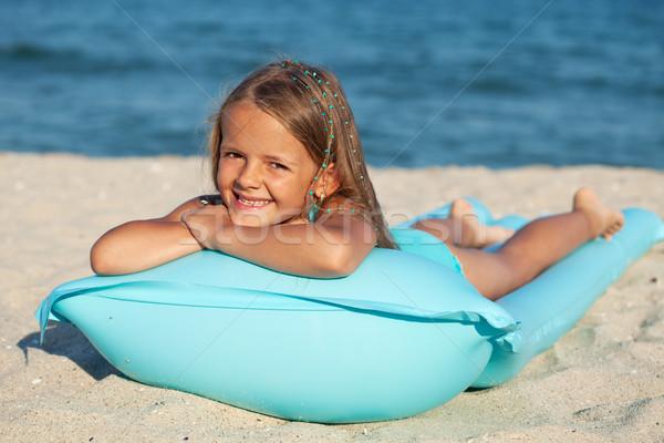 Meisje opblaasbare matras vlot strand zonnebaden Stockfoto © ilona75
