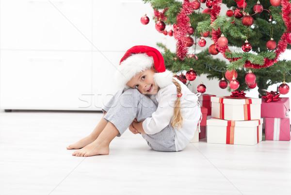 Foto stock: Feliz · nina · árbol · de · navidad · sesión · presenta · nina