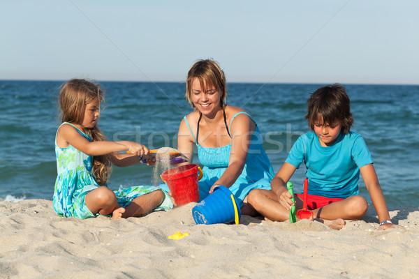Stok fotoğraf: Kadın · çocuklar · plaj · oynama · kum · aile