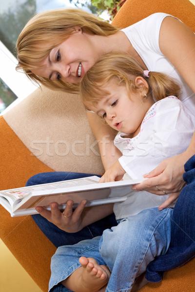 Femme lecture histoire petite fille fille sourire Photo stock © ilona75