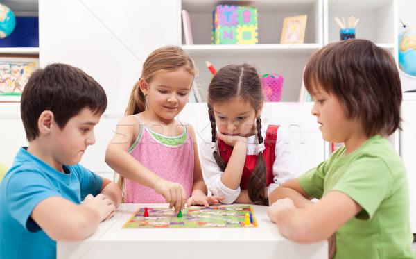 Kinderen spelen bordspel vergadering rond klein Stockfoto © ilona75