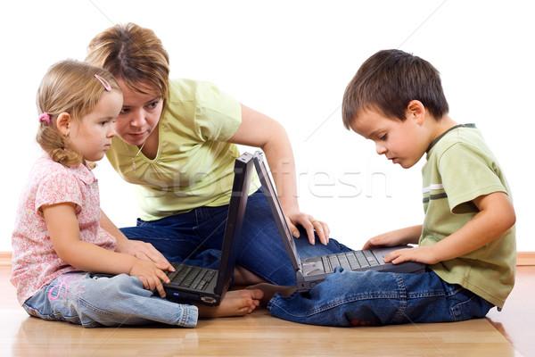 Foto stock: Ninos · laptops · adulto · supervisión · mujer · familia