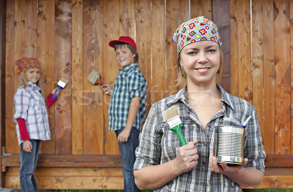Crianças ajuda mãe pintura madeira mulher Foto stock © ilona75