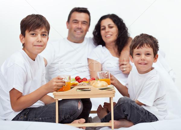 Сток-фото: семьи · два · мальчики · завтрак · кровать · ребенка