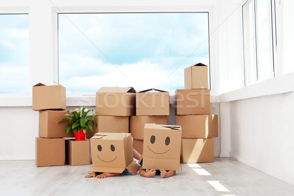 Crianças em movimento nova casa jogar caixas Foto stock © ilona75
