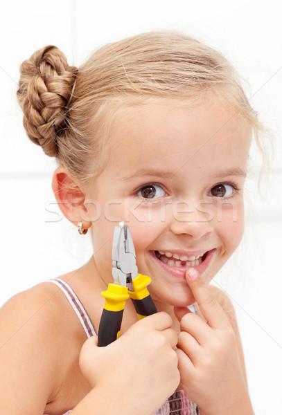 Stock foto: Kleines · Mädchen · lächelnd · halten · fehlt · Zahn