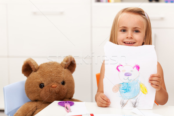 Petite fille présente dessin portrait jouet ours Photo stock © ilona75