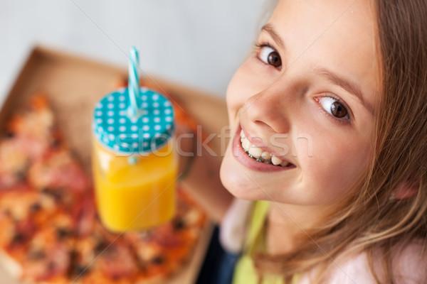 Boldog fiatal lány doboz pizza kancsó friss gyümölcs Stock fotó © ilona75