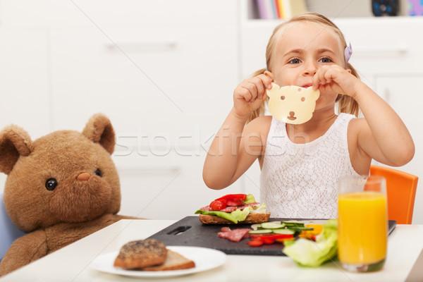 Petite fille sandwich jouet ours casse-croûte Photo stock © ilona75