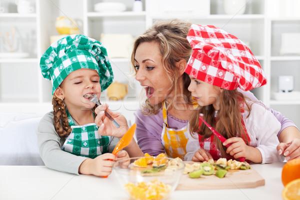 Сток-фото: женщину · фруктовый · салат · дегустация · Ингредиенты · счастливая · семья