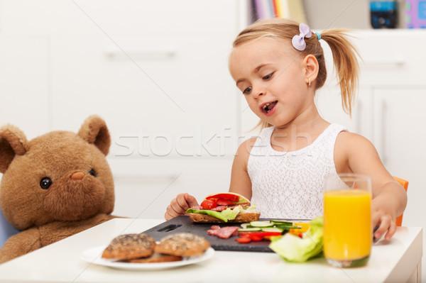 Kleines Mädchen gesunden Snack Sitzung Tabelle Spielzeug Stock foto © ilona75