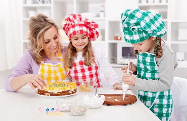 Mujer cocina torta junto sonrisa Foto stock © ilona75