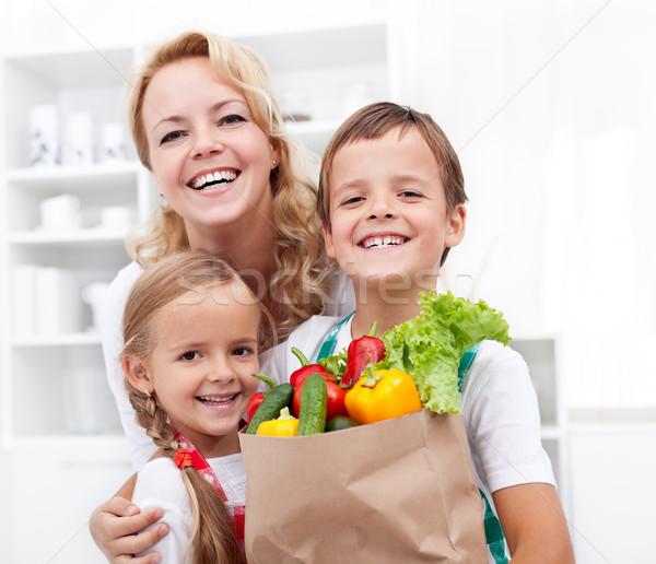 Família feliz mercearia saco completo legumes frescos Foto stock © ilona75