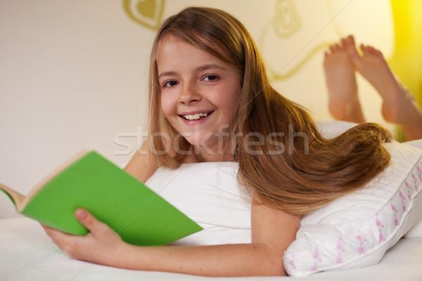 Giovane ragazza lettura libro letto sorridere Foto d'archivio © ilona75