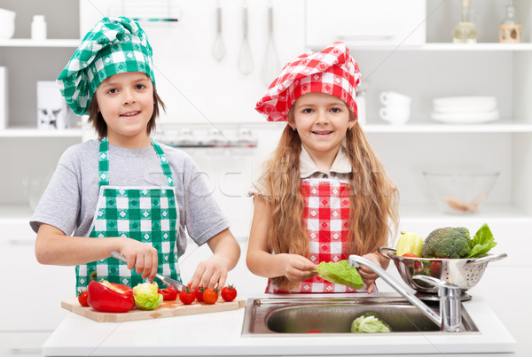 Zdjęcia stock: Dzieci · pomoc · kuchnia · mycia · warzyw