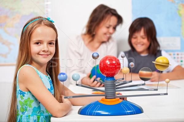 Geografie clasă fetita învăţare sistemul solar scară Imagine de stoc © ilona75