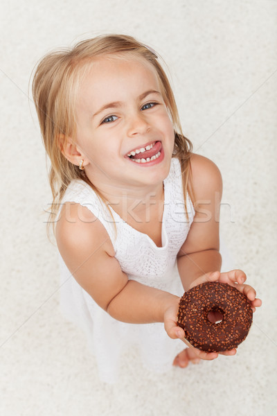Feliz little girl chocolate coberto rosquinha Foto stock © ilona75