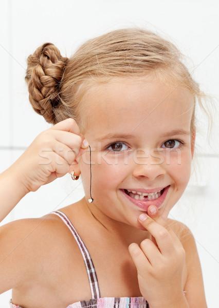 Stock foto: Kleines · Mädchen · erste · fehlt · Milch · Zahn · glücklich