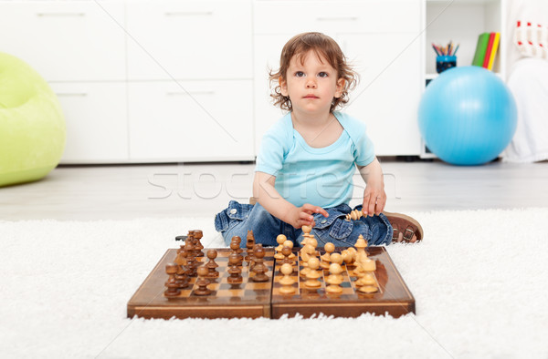 Mały chłopca szachownica posiedzenia piętrze Zdjęcia stock © ilona75