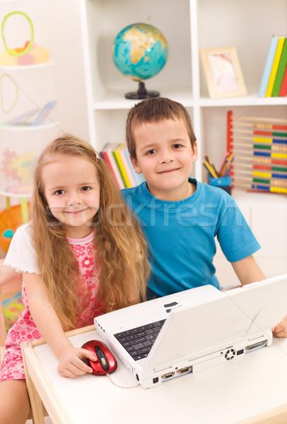 Сток-фото: портативного · компьютера · комнату · мало · мальчика · девушки