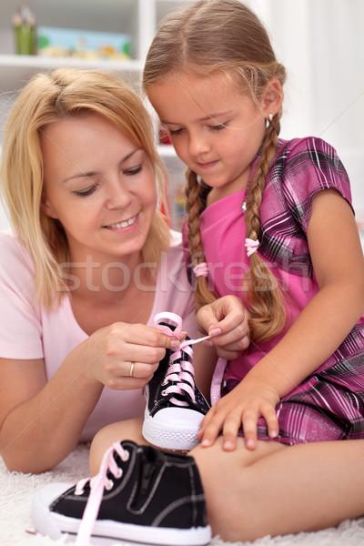 Mère enseignement enfant cravate chaussures Photo stock © ilona75