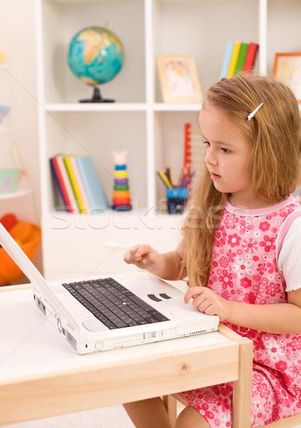 Meisje leren behandelen laptop computer kamer gelukkig Stockfoto © ilona75
