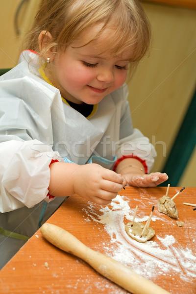 Kislány szórakozás süti maradék konyha étel Stock fotó © ilona75