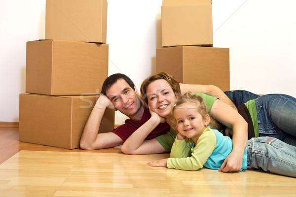 Foto stock: Familia · feliz · piso · nuevo · hogar · cartón · cajas