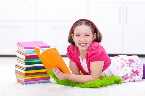 Szczęśliwy młoda dziewczyna czytania książki powrót nauki Zdjęcia stock © ilona75